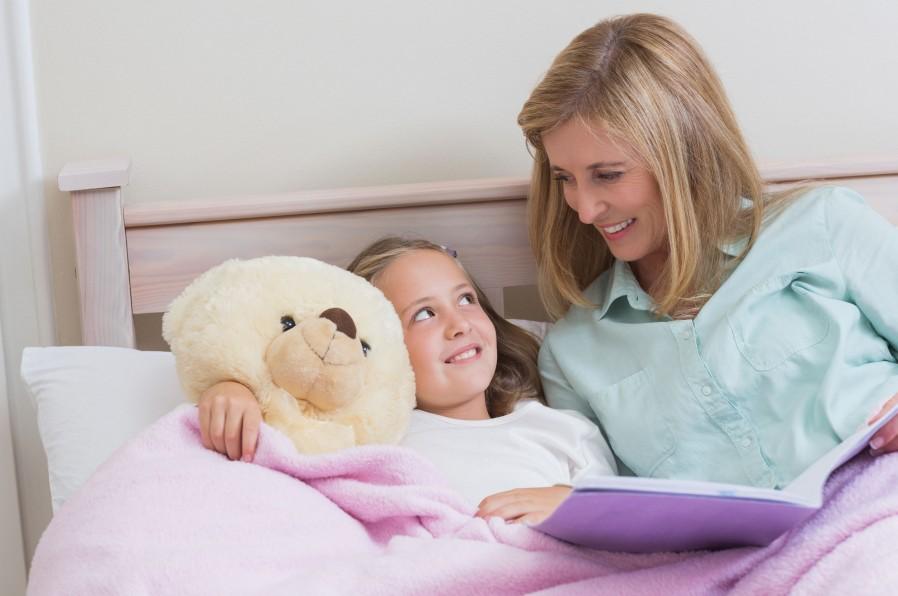 maman-avec-petite-fille-dans-le-lit