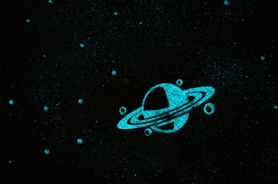 Photo de Saturne dans le ciel étoilé