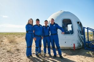 William Shatner et son équipage du NS-18 pose fièrement devant la capsule du New Shepard
